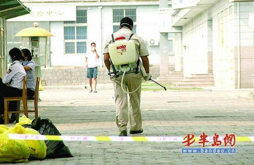 9月6日,防疫人员正在青岛理工大学内消毒